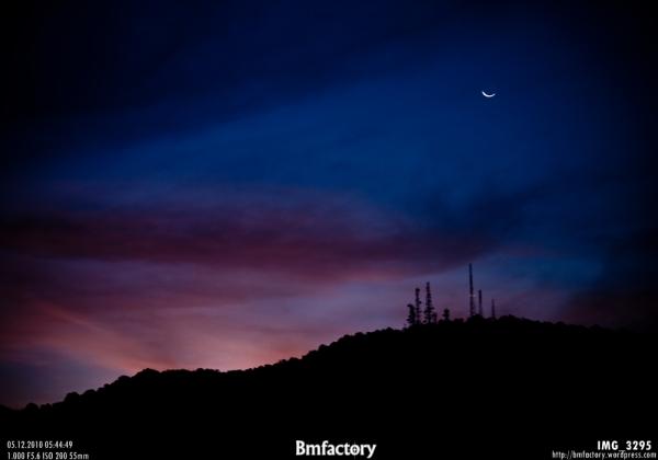 ยามย่ำรุ่ง  พระจันทร์ก่อนพระอาทิตย์ขึ้น และหันด้านโค้งไปทางตะวันออก เป็นจันทร์ข้างแรมแน่นอน  (เห็นดวงจันทร์กันรึป่าว?)