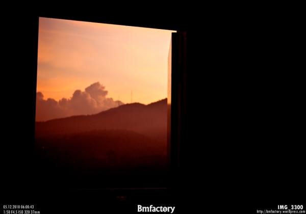 มองออกไปนอกห้อง  เหมือนห้องลอยอยู่ในท้องฟ้า อยู่ท่ามกลางสวรรค์