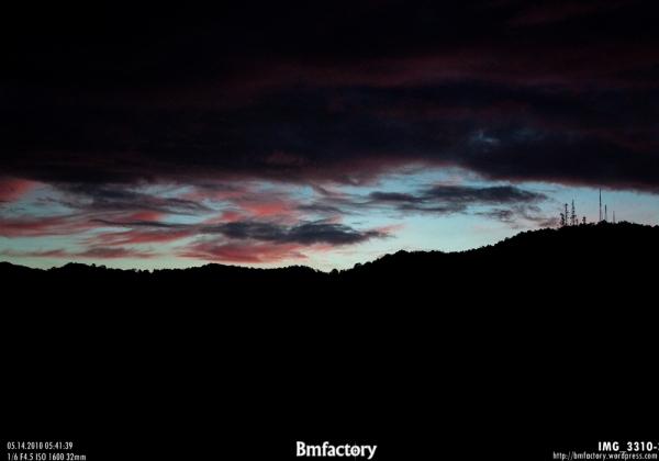 ก้อนเมฆสีเทาไล่สีชมพู  เป็นสีแบบในรูปจริงๆ