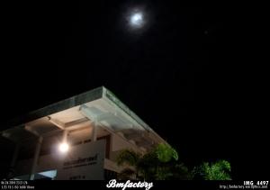 ป้ายที่โรงช้าง ถอดมาไว้ในงานแต่หาที่ลงมิได้ เลยขึ้นไปห้อยจากดาดฟ้า // คืนนี้ จันทร์เต็มดวง